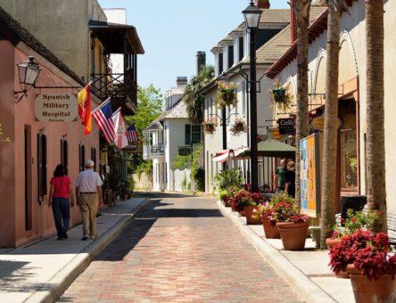 le séjour linguistique est il une bonne idée ? ici une belle rue ensoleillée dans un pays hispanophone